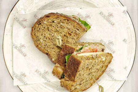 Сэндвич с тунцом на деревенском хлебе