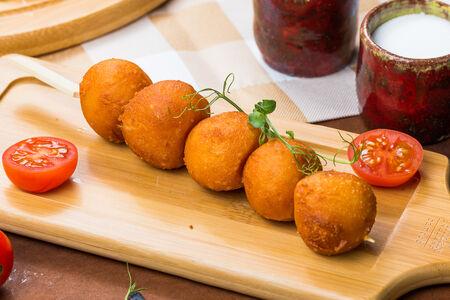 Сырные шарики с соусом ранч