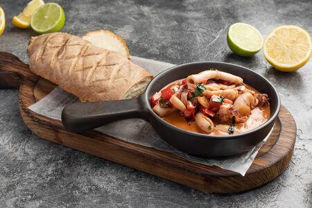 Кальмар лолиго в масле с чесноком, томатами и базиликом