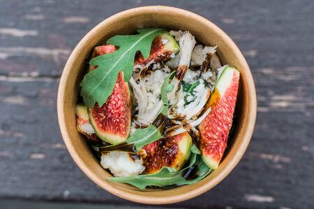 Салат Сезонный с инжиром, рукколой и сыром