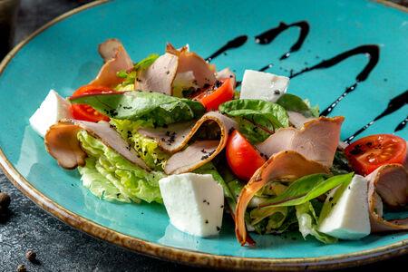 Салат с копченой уткой и сыром моцарелла