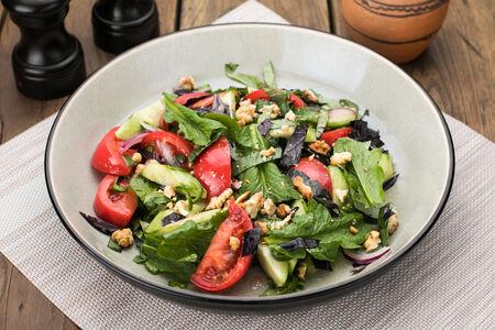 Салат из свежих овощной с жареными орехами