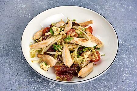 Салат с куриным филе и сыром дорблю
