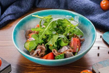 Салат с ростбифом, рукколой и пикантным соусом