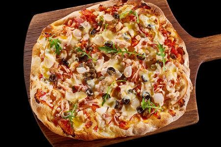 Пицца с курицей, ветчиной и беконом