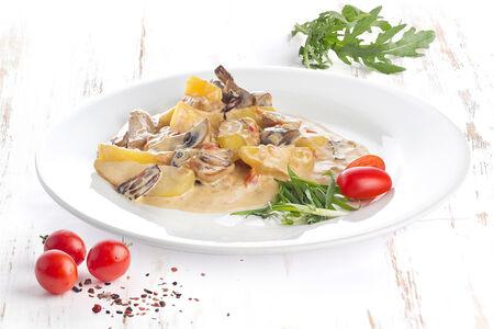 Фрикасе из свинины с картофелем и сливочно-грибным соусом