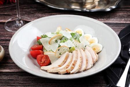 Фирменный салат Цезарь с куриной грудкой су-вид