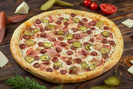 Пицца с охотничьими колбасками и беконом