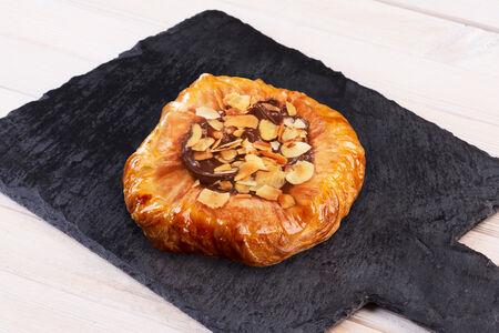 Дениш шоколадный с орехом