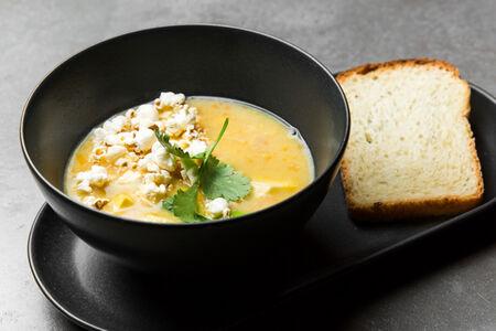 Кукурузный суп с чили и авокадо