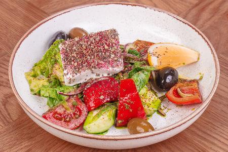 Салат Овощной с фетой, оливами и соусом Гремолата
