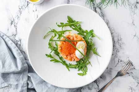 Салат Оливье с маринованным лососем и красной икрой
