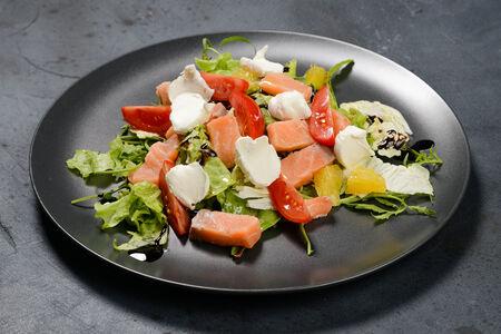 Салат из лосося, апельсинов и творожного сыра
