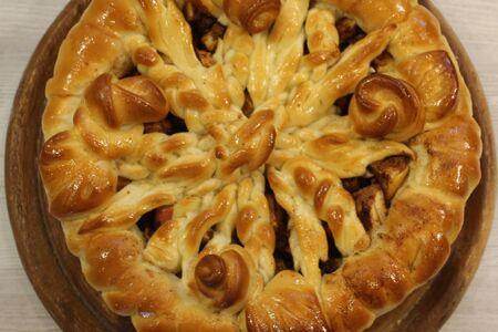 Пирог с яблоками и корицей