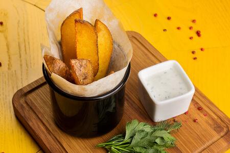 Картофель по-деревенски с соусом мацони