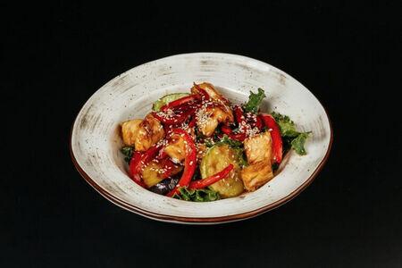 Теплый салат с курицей и баклажанами
