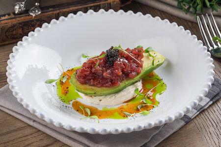 Тартар из тунца с авокадо и крем-чиз