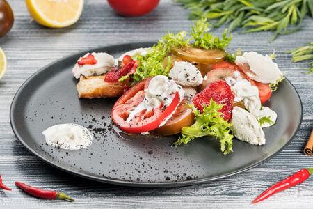 Салат из томатов со страчателлой