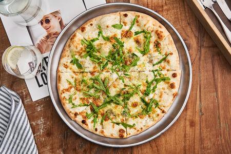 Пицца со сливочным сыром, моцареллой, горгонзолой и пармезаном