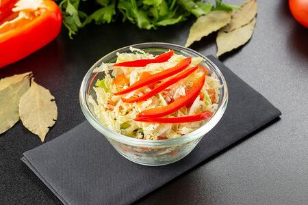 Свежие овощи с листьями салата