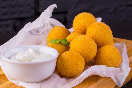 Сырные шарики с сыром чеддер