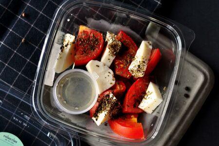 Салат с томатом и базиликом
