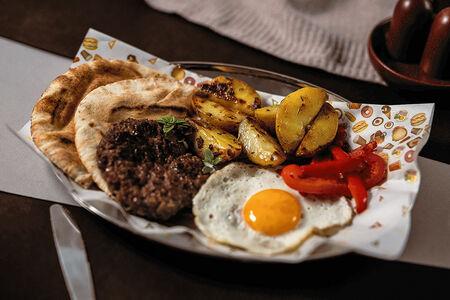 Рубленый бифштекс с картофелем гриль и питой