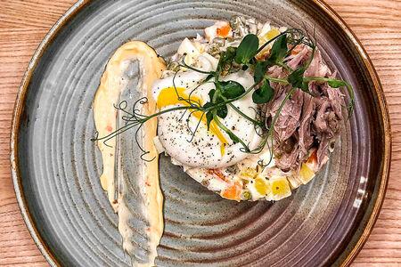 Салат Оливье с уткой и яйцом пашот