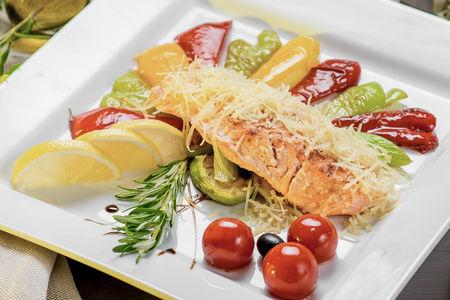 Семга гриль с овощами