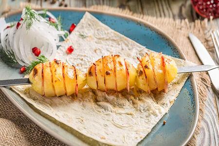 Картофель с беконом на мангале