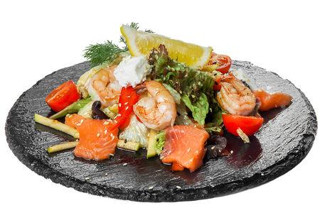 Салат с лососем и тигровыми креветками
