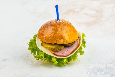 Сэндвич в булочке с кунжутом