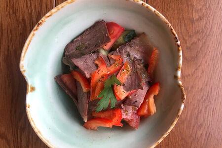 Салат с говядиной и паприкой