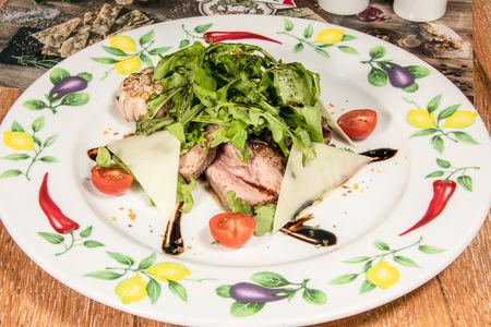 Тальята из говядины с рукколой и сыром пармезан