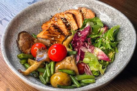 Салат Теплый с лососем и вешенками