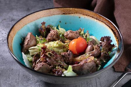 Салат теплый с куриной печенью