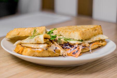 Сэндвич с омлетом и цыпленком по-тайски