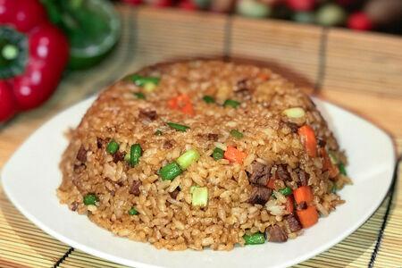Рис со стрелками чеснока и говядиной