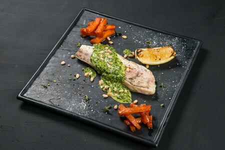 Судак со сливочно-шпинатным соусом и морковью Конфи