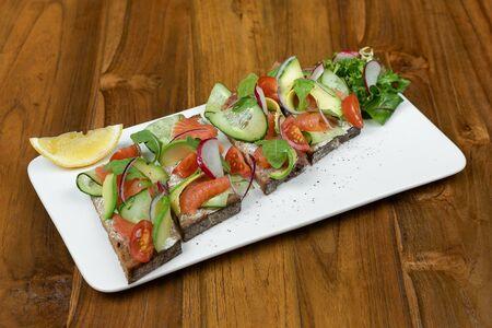 Тартин с лососем и авокадо