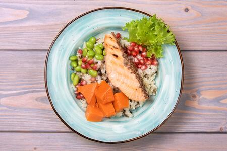 Дикий лосось с не менее диким рисом