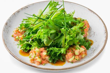 Салат с маринованным лососем