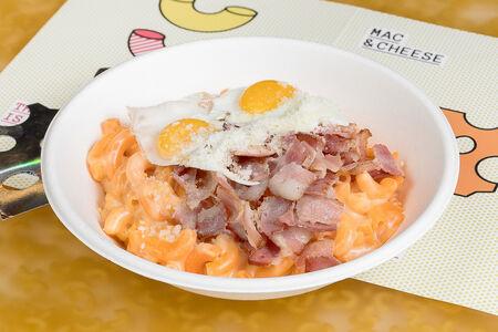 Mac & Cheese с беконом, яйцом и пармезаном