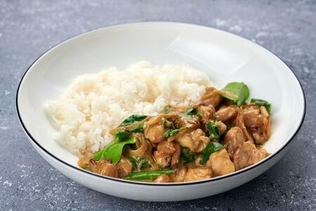 Тайский зеленый карри с курицей и рисом