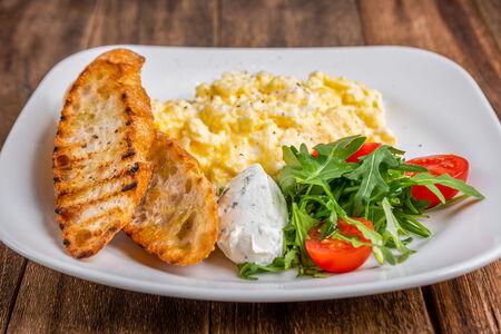 Яйца скрэмбл с руккольным кремом и гренками