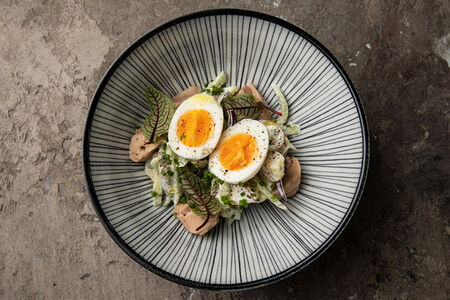 Салат с печенью трески с овощами и яйцом