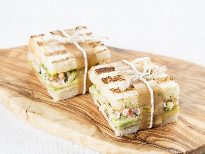 Мини-сэндвичи с авокадо и креветками