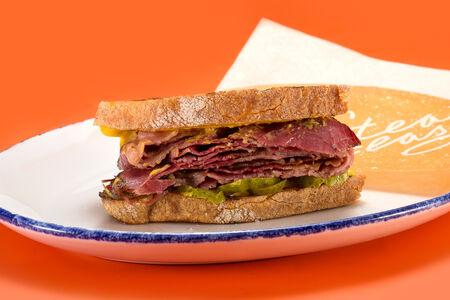 Сэндвич с пастрами на деревенском хлебе