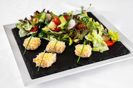 Салат из теплой брынзы в греческом стиле