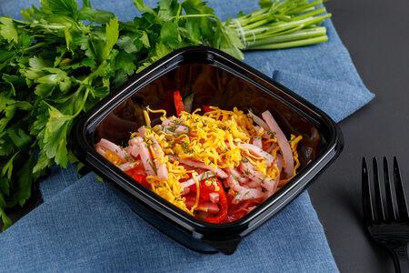 Салат с ветчиной сыром и овощами